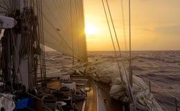 日落航行海洋superyacht 库存照片