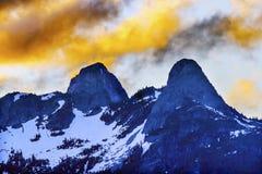日落覆盖两座狮子山温哥华不列颠哥伦比亚省 库存照片