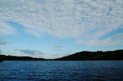 日落覆盖在爱尔兰湖在Castlebar附近 免版税图库摄影