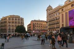 日落观点的卡亚俄的走的人在市马德里摆正广场del卡亚俄,西班牙 库存照片