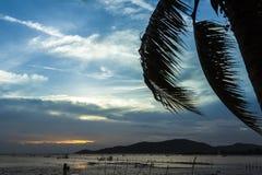日落视图和海水减少 免版税库存照片