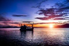 日落视图和生活开始航行捉住渔夫 免版税库存图片