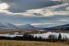 日落视图往Mt的冰岛阿克雷里 苏卢尔 免版税库存照片