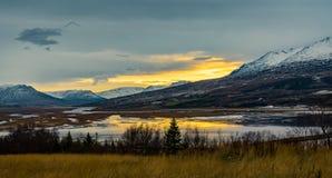日落视图往Mt的冰岛阿克雷里 苏卢尔 库存图片