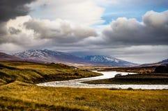 日落视图往Mt的冰岛阿克雷里 苏卢尔 免版税库存图片