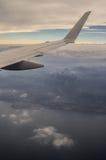 日落视图的加尔达湖意大利从飞机舷窗 图库摄影