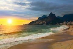 日落视图Ipanema海滩和山Dois Irmao (两兄弟)在里约热内卢,巴西 图库摄影