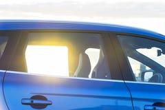 日落通过一辆现代汽车的窗口,汽车外部细节 免版税库存照片