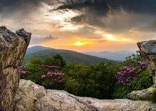 日落通过在秃头的珍妮的岩石 库存图片