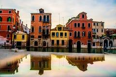 日落通过威尼斯街道  免版税库存照片