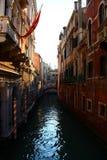 日落通过威尼斯,意大利运河  免版税图库摄影