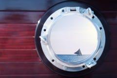 日落通过小船的舷窗 图库摄影