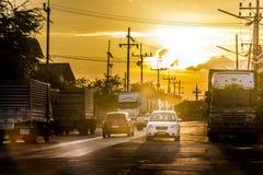 日落通过街道在工业区 免版税库存照片
