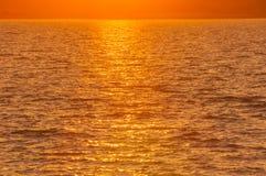 日落金黄光在湖的 免版税图库摄影