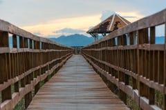 日落长的木桥在山姆Roi Yot国家公园, Prachuap 免版税库存图片