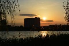 日落风景在城市 免版税库存照片