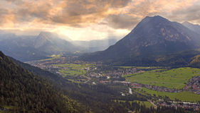 日落风景在巴法力亚阿尔卑斯,对loisach谷的看法 免版税库存图片