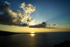 日落风景海景在有美丽的抽象云彩的浩大的爱琴海和太阳在蓝天背景树荫放光  库存图片