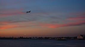 日落飞行离去的拉瓜地亚机场NYC 库存照片