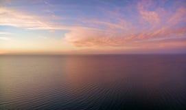 日落鸟瞰图在海洋的 天空、云彩和wa 库存照片