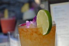 日落鸡尾酒饮料在檀香山 库存图片