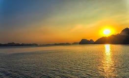 日落,下龙湾,越南 免版税库存图片
