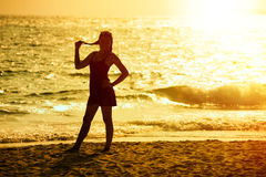 日落,亚洲妇女剪影 库存图片