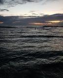 日落,在地中海散步,冬天,海法,以色列 免版税库存照片