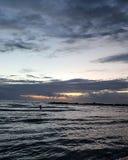 日落,在地中海散步,冬天,海法,以色列 免版税库存图片