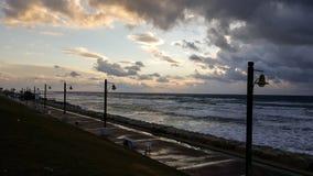日落,在地中海散步,冬天,海法,以色列 库存照片