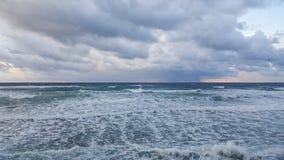 日落,在地中海散步,冬天,海法,以色列 免版税图库摄影