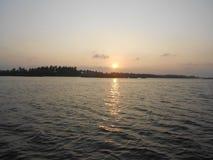 日落,死水在Puducherry,印度的南部的海岸的一个安静的小的镇 库存图片