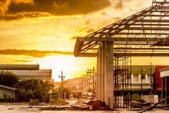 日落,看法金黄光大厦被修建了 免版税库存照片