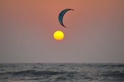 日落:在翼和海洋之间 免版税图库摄影