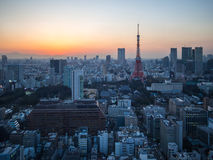 日落从世界贸易中心观测所的东京铁塔视图 免版税库存图片