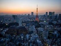 日落从世界贸易中心观测所的东京铁塔视图 库存照片