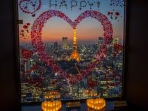 日落从世界贸易中心观测所的东京铁塔视图 库存图片