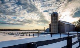 日落结冰的冬天雪栅栏马农场 免版税库存照片
