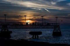 日落-在伊利湖- Edgewater公园,克利夫兰,俄亥俄的码头 免版税库存照片