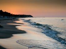 日落 在波罗的海海滩的浪潮 免版税库存照片