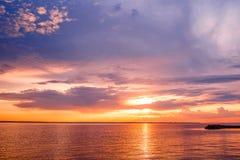日落 在海上的美好的日落 湖sunet 惊人的日落令人敬畏的日落 日落海波浪 在杉木常设夏天日落结构树二之后 库存照片