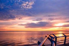 日落 在海上的美好的日落 湖sunet 惊人的日落令人敬畏的日落 日落海波浪 在杉木常设夏天日落结构树二之后 免版税图库摄影