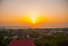 日落 城市毛淡棉的顶视图从塔Kyaik Tan Lan的 缅甸 缅甸 免版税库存图片