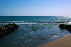 日落 山河流动入地中海 库存照片