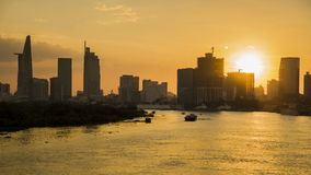 日落/日出在城市的定期流逝行动 宽射击,在前景的修造的天线 4k英尺长度 股票录像