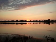 日落 沈默和雍容 湖准备见面夜 免版税库存照片