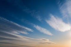 日落 背景蓝色云彩调遣草绿色本质天空空白小束 免版税库存图片