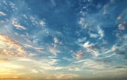 日落 蓝天和微明色的云彩 库存照片