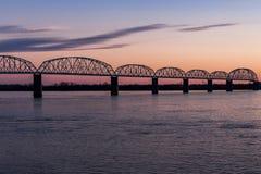日落/蓝色小时在历史的Brookport桥梁-俄亥俄河、Brookport、伊利诺伊&肯塔基 库存照片