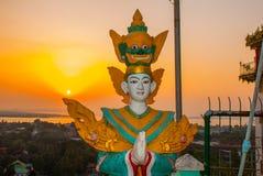 日落 雕象 Kyaik Tan Lan 老Moulmein塔 毛淡棉,缅甸 缅甸 免版税库存图片